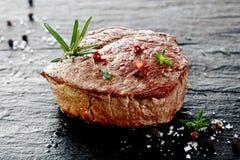Filete de carne de vaca asado a la parrilla grueso suculento Imágenes de archivo libres de regalías