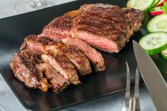 Filete de carne de vaca asado a la parrilla hecho cortado Ribeye imágenes de archivo libres de regalías