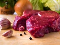 Filete de carne de vaca con la puntilla del perejil en el fondo blanco, Foto de archivo libre de regalías