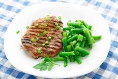 Filete de carne de vaca con las habas verdes Imagen de archivo