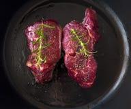 Filete de carne de vaca crudo con las hierbas Fotos de archivo