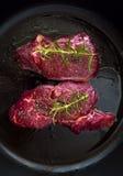Filete de carne de vaca crudo con las hierbas Fotos de archivo libres de regalías