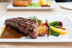 Filete de carne de vaca delicioso asado a la parrilla del lomo de la tira imagen de archivo