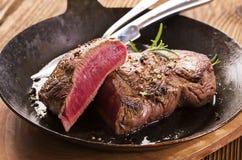 Filete de carne de vaca en cacerola de fritada Fotografía de archivo
