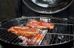 Filete de carne de vaca en la parrilla con las llamas. Imagen de archivo