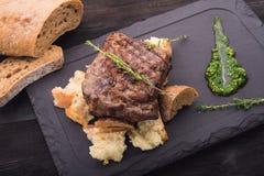 Filete de carne de vaca en la tabla blanca Foto de archivo libre de regalías