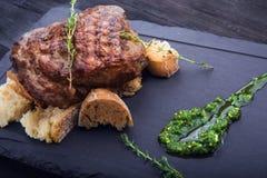 Filete de carne de vaca en la tabla blanca Fotografía de archivo libre de regalías