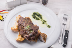 Filete de carne de vaca en la tabla blanca Imagenes de archivo