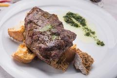 Filete de carne de vaca en la tabla blanca Imagen de archivo libre de regalías
