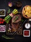 Filete de carne de vaca en la tabla de madera fotos de archivo