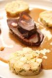 Filete de carne de vaca en salsa cremosa con la bola de masa hervida del pan Imagenes de archivo