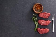 Filete de carne de vaca, hierba del romero y especias fotografía de archivo