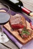 Filete de carne de vaca y vino rojo asados a la parrilla Imagen de archivo libre de regalías