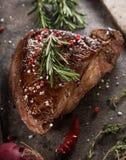 Filete de carne de vaca asado a la parrilla en la tabla de piedra negra fotografía de archivo libre de regalías