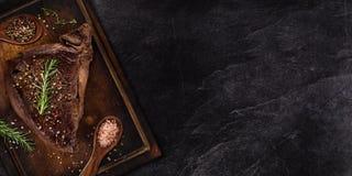Filete de carne de vaca asado a la parrilla en la tabla de piedra negra Visi?n superior imágenes de archivo libres de regalías