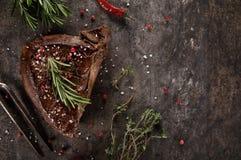 Filete de carne de vaca asado a la parrilla en la tabla de piedra negra Visi?n superior foto de archivo libre de regalías