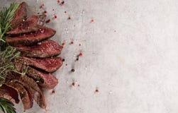 Filete de carne de vaca asado a la parrilla en la tabla de piedra negra Visi?n superior fotos de archivo