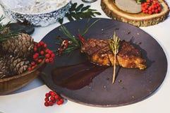 Filete de carne de vaca asado a la parrilla en una placa con las bayas de serbal del otoño Imagenes de archivo