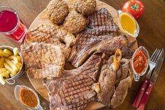 Filete de carne de vaca asado a la parrilla y carne asada a la parrilla deliciosa clasificada en el tablero de madera Foto de archivo libre de regalías