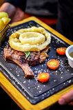 Filete de carne de vaca con Rosemary y Fried Onion Rings en el top imágenes de archivo libres de regalías