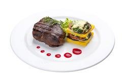 Filete de carne de vaca con verduras asadas a la parrilla y una tortilla En una placa blanca imágenes de archivo libres de regalías
