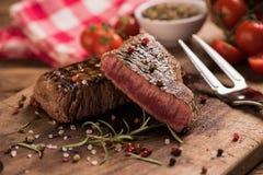 Filete de carne de vaca delicioso en la tabla de madera foto de archivo libre de regalías