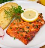 Filete de color salmón asado a la parilla imagen de archivo