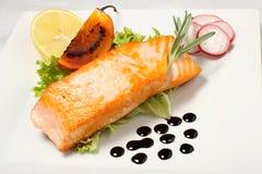 Filete de color salmón asado a la parilla con el limón y el rábano Foto de archivo libre de regalías