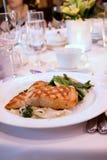 Filete de color salmón asado a la parilla en el banquete Foto de archivo libre de regalías