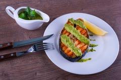 Filete de color salmón asado a la parrilla con chimichurri de la salsa Fotografía de archivo