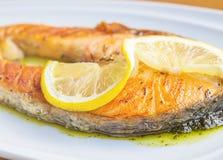 Filete de color salmón asado a la parrilla con el limón Imagenes de archivo
