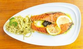 Filete de color salmón asado a la parrilla con el limón y las pastas Fotografía de archivo libre de regalías
