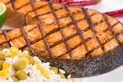 Filete de color salmón asado a la parrilla con las verduras en la placa Imágenes de archivo libres de regalías