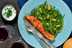 Filete de color salmón cocido con el espárrago, las coles de Bruselas y el PE verde imagen de archivo