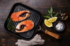 Filete de color salmón crudo en la cacerola de la parrilla fotografía de archivo libre de regalías