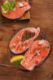 Filete de color salmón e ingredientes frescos para cocinar en una cacerola de la parrilla Fotografía de archivo libre de regalías