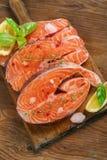 Filete de color salmón e ingredientes frescos para cocinar en una cacerola de la parrilla Fotos de archivo libres de regalías