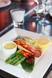 Filete de color salmón en la tabla del restaurante Fotografía de archivo