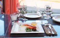 Filete de color salmón en la tabla del restaurante Fotos de archivo libres de regalías