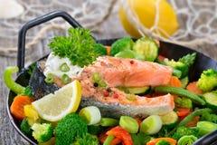 Filete de color salmón en verduras Imagen de archivo libre de regalías