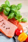 Filete de color salmón fresco con albahaca Imágenes de archivo libres de regalías