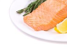 Filete de color salmón fresco en una placa Foto de archivo libre de regalías
