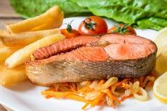 Filete de color salmón frito con las verduras en la placa fotografía de archivo libre de regalías