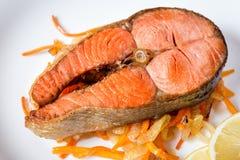Filete de color salmón frito con las verduras en la placa Foto de archivo libre de regalías