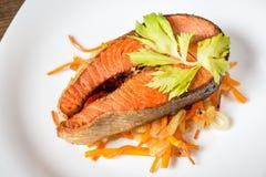 Filete de color salmón frito con las verduras en la placa imágenes de archivo libres de regalías