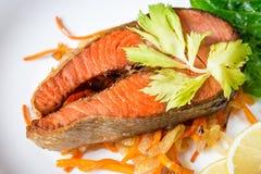 Filete de color salmón frito con las verduras en la placa Fotos de archivo libres de regalías