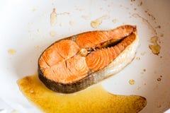 Filete de color salmón frito en cacerola imágenes de archivo libres de regalías