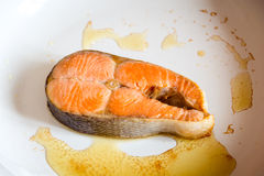 Filete de color salmón frito en cacerola foto de archivo