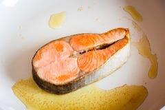 Filete de color salmón frito en cacerola Imagen de archivo