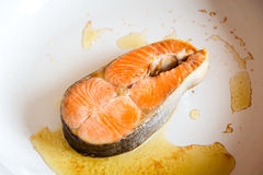 Filete de color salmón frito en cacerola Fotografía de archivo libre de regalías